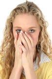美丽的白肤金发的隐藏的嘴 库存图片