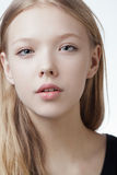 美丽的白肤金发的青少年的女孩画象 库存图片