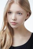 美丽的白肤金发的青少年的女孩画象 免版税库存照片