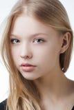 美丽的白肤金发的青少年的女孩画象 免版税库存图片