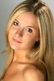 美丽的白肤金发的headshot妇女 免版税图库摄影