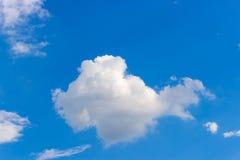 美丽的白色云彩和蓝天在一个晴天 拷贝空间的理想 免版税库存照片