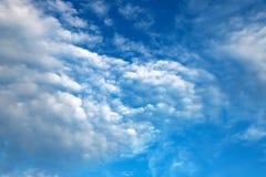 美丽的白色云彩,积雨云,积云,反对天空蔚蓝的雨云 美丽如画,意想不到的白色云彩 库存照片