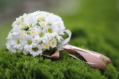 美丽的白色婚礼花束 免版税库存图片