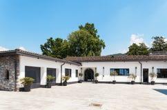 美丽的白色房子,室外 免版税库存图片