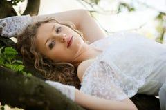 美丽的白色服装妇女年轻人 免版税库存图片