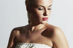 美丽的白色服装妇女 塑造人 有红色嘴唇的俏丽的女孩 库存照片