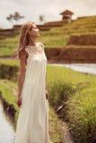 美丽的白色服装妇女 米大阳台 免版税库存照片