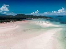 美丽的白色沙子海滩顶视图与低潮海的 免版税库存图片