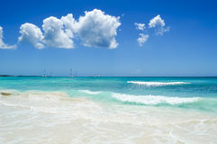 美丽的白色沙子海滩、加勒比海、波浪和蓝天 库存图片