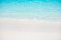 美丽的白色沙子海滩和热带土耳其玉色海 免版税图库摄影