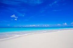 美丽的白色沙子海滩和绿松石净水在热带异乎寻常的海岛上 库存照片