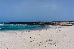 美丽的白色沙子海滩在兰萨罗特岛 库存照片