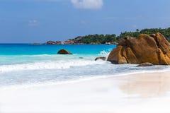 美丽的白色沙子海滩在塞舌尔群岛 免版税图库摄影