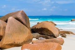 美丽的白色沙子海滩在塞舌尔群岛 免版税库存照片