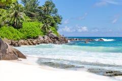 美丽的白色沙子海滩在塞舌尔群岛 库存照片