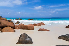 美丽的白色沙子海滩在塞舌尔群岛 免版税库存图片