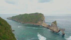 美丽的白色沙子Atuh海滩鸟瞰图  蓝色海浪 努沙Penida,巴厘岛,印度尼西亚 旅行概念,英尺长度 股票视频