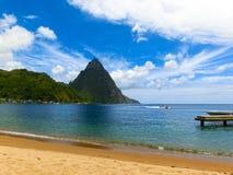 美丽的白色海滩在圣卢西亚,加勒比岛 图库摄影