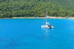 美丽的白色游艇在凯梅尔 免版税图库摄影