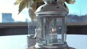 美丽的白色烛台特写镜头 英尺长度 在玻璃烛台的燃烧的蜡烛有在花瓶和瓶的花束的  股票录像
