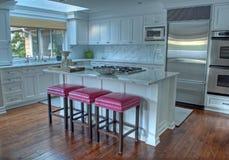 美丽的白色现代厨房 免版税图库摄影
