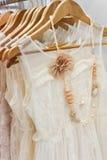 美丽的白色礼服在商店。 免版税库存图片