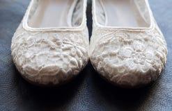 美丽的白色鞋带新娘鞋子 免版税库存照片