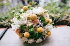 美丽的白色,绿色,黄色婚礼花束 免版税库存图片