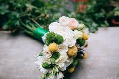 美丽的白色,绿色,黄色婚礼花束 库存照片