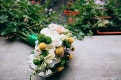 美丽的白色,绿色,黄色婚礼花束 图库摄影