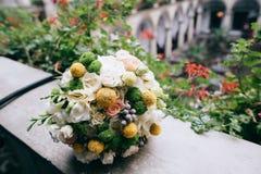 美丽的白色,绿色,黄色婚礼花束 免版税图库摄影