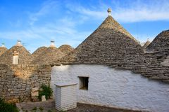 美丽的白色trulli房子在阿尔贝罗贝洛,意大利 库存照片