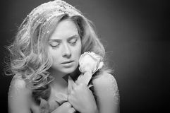 美丽的皮肤多雪的妇女年轻人 库存照片