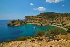 美丽的盐水湖海滩在希腊海岛埃伊纳岛 库存照片