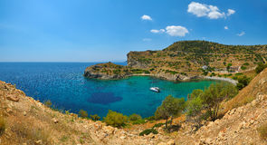 美丽的盐水湖海滩在希腊海岛埃伊纳岛 免版税库存图片