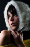美丽的眼睛毛茸的女孩帽子 免版税图库摄影