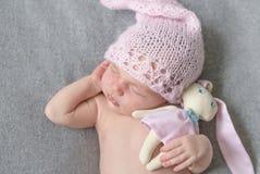 美丽的睡觉的新出生的女孩 免版税库存照片