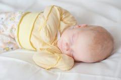 美丽的睡觉的新出生的女婴-接近  免版税库存照片
