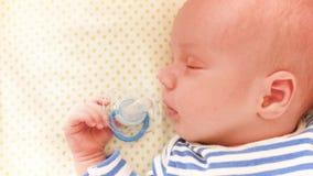 美丽的睡觉婴孩特写镜头画象移动式摄影车射击了在新出生的婴孩面孔浅景深的手 股票录像