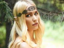美丽的矮子女孩在森林 库存图片