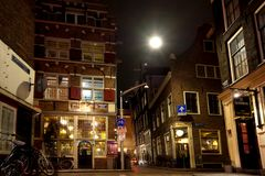 美丽的矮小的传统房子在阿姆斯特丹在夜之前 2012年3月12日, Amsterda 库存图片