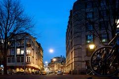 美丽的矮小的传统房子在阿姆斯特丹在夜 免版税库存图片