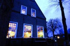 美丽的矮小的传统房子在阿姆斯特丹在夜 库存照片