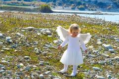 美丽的矮小的天使女孩来自天堂 免版税库存照片
