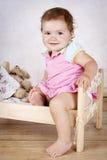 美丽的矮小的小孩获得乐趣在小床 库存图片