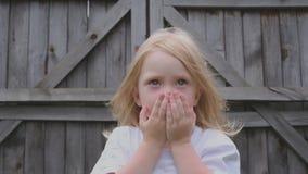美丽的矮小的蓝眼睛的女孩可笑鬼脸 股票录像