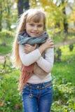 美丽的矮小的年轻婴孩在围巾站立 可爱儿童微笑 库存图片