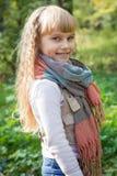 美丽的矮小的年轻婴孩在围巾站立 可爱儿童微笑 库存照片