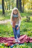 美丽的矮小的年轻婴孩在围巾站立 可爱的子项 库存照片